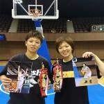 受賞した横井選手(右)と中川あゆみ選手(メディセオ)