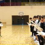 成田先生から説明を受ける選手たち